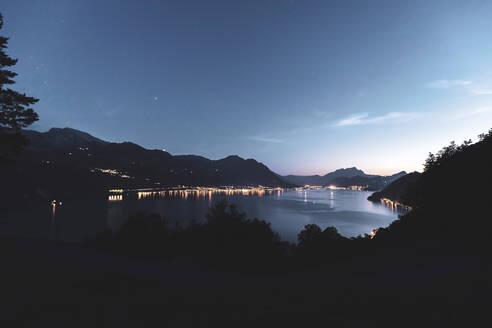 Schweiz, Schwyz, Gersau, Vierwaldstättersee, Blick von oben über den Vierwaldstättersee zur blauen Stunde, beleuchtete Häuser und Schiffe im Hintergrund. - MMAF01130
