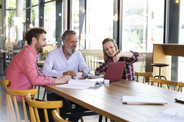 Casual business people having a meeting in a cafe - FKF03672