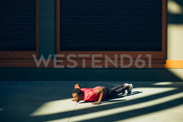 Young sportive man doing pushups outdoors - OCMF00776 - Oscar Carrascosa Martinez/Westend61