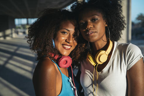 Portrait of two young women with headphones - MPPF00084