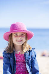 Portrait of fashionable little girl wearing pink hat on the beach - XCF00275