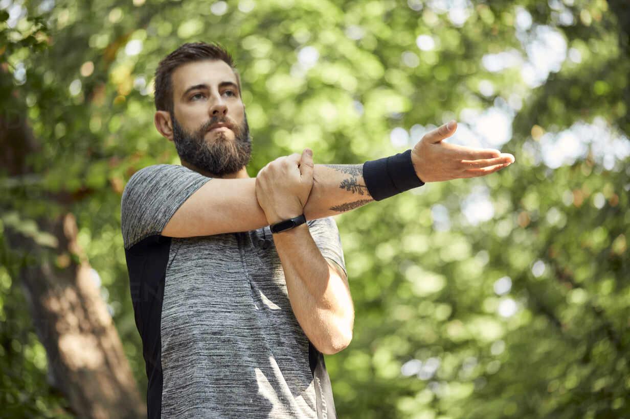 Sporty man stretching in nature - ZEDF02652 - Zeljko Dangubic/Westend61