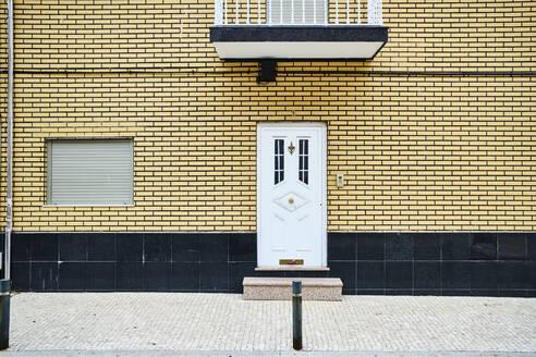 Portugal, Porto, Afurada, Unique house facade seen from sidewalk - MRF02246