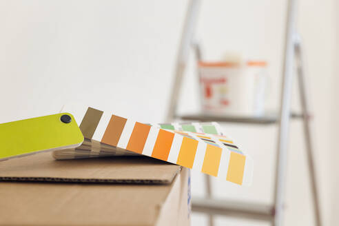 Colour sample on cardboard box in an empty room - MAMF00845