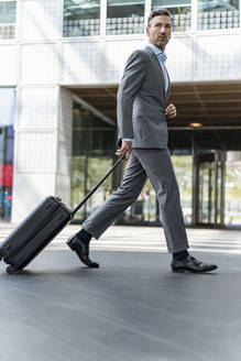 Businessman with baggage on the go - DIGF08448