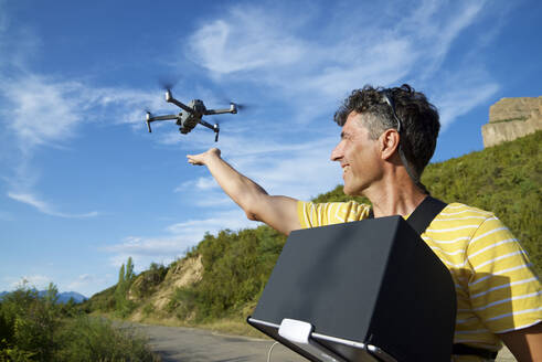 A man driving a drone in the Pyrenees. - CAVF65481