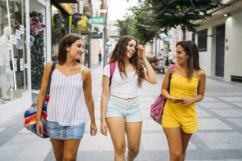 Three happy female friends walking in the city - MPPF00186