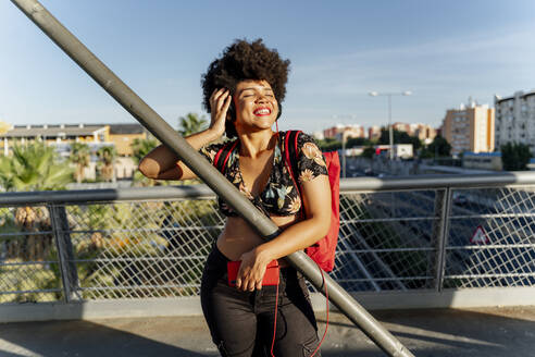 Female Afro-American with headphones and smartphone listening music - ERRF01737