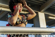 Afro-American woman using smartphone - ERRF01773