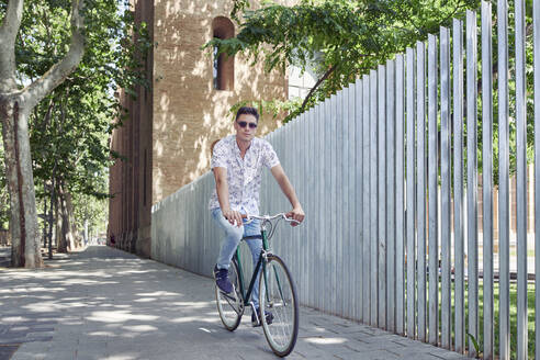 Man riding bicycle in the city - JNDF00134