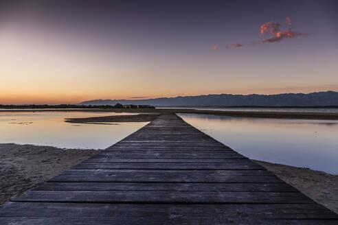 Croatia, Empty boardwalk at Ninska Laguna Beach - NGF00527
