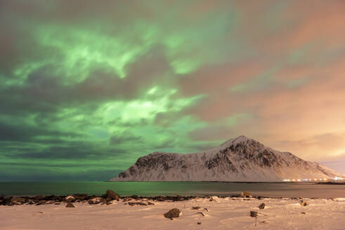 The Northern Lights (Aurora borealis) with mountain range in winter, Reine, Lofoten Islands, Nordland, Arctic, Norway, Europe - RHPLF12613