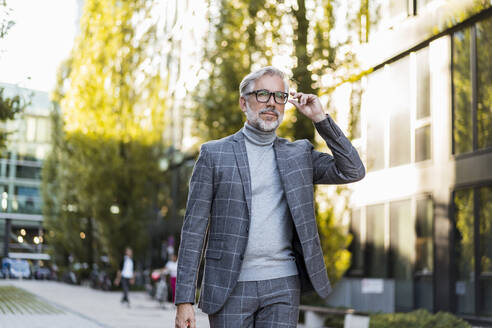 Fashionable mature businessman on the go in the city - DIGF08605