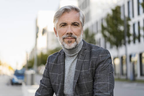 Portrait of fashionable mature businessman in the city - DIGF08620