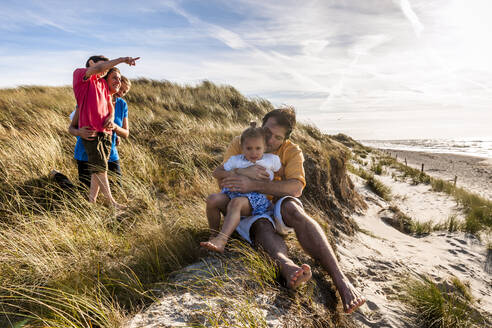 Family in a beach dune at the sea, Darss, Mecklenburg-Western Pomerania, Germany - EGBF00490