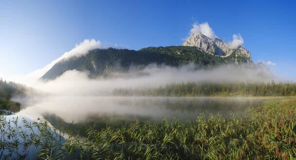 Nebel über Ferchensee, Grünkopf und Wettersteinspitze, bei Mittenwald, Werdenfelser Land, Wettersteingebirge, Oberbayern, Bayern, Deutschland - SIEF09227