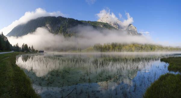 Ferchensee mit Grünkopf und Wettersteinspitze, bei Mittenwald, Werdenfelser Land, Wettersteingebirge, Oberbayern, Bayern, Deutschland - SIEF09230