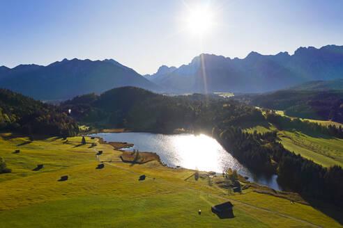 Luftaufnahme Geroldsee, auch Wagenbr�chsee, mit Karwendel, Kr�n, Werdenfelser Land, Oberbayern, Bayern, Deutschland, - LHF00742