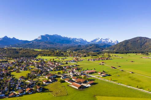 Gemeinde Kr�n vor Wettersteingebirge, Luftaufnahme, Werdenfelser Land, Oberbayern, Bayern, Deutschland, - LHF00752