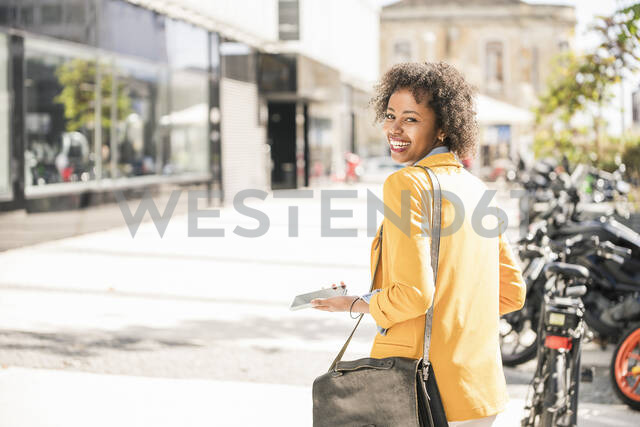 Portrait of happy young woman in the city - UUF19578 - Uwe Umstätter/Westend61