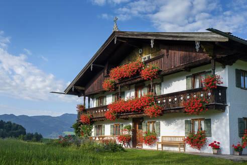 Bauernhof, Bauernhaus mit Blumenschmuck bei Gasse, Ostin, Tegernsee, Oberbayern, Bayern, Deutschland - LBF02776