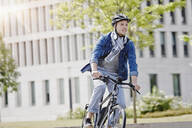 Student on his e-bike at Goethe University in Frankfurt, Germany - RORF01953