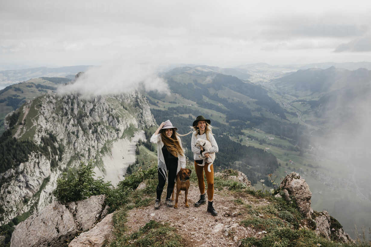 Two young women with dogs on viewpoint, Grosser Mythen, Switzerland - LHPF01142 - letizia haessig photography/Westend61