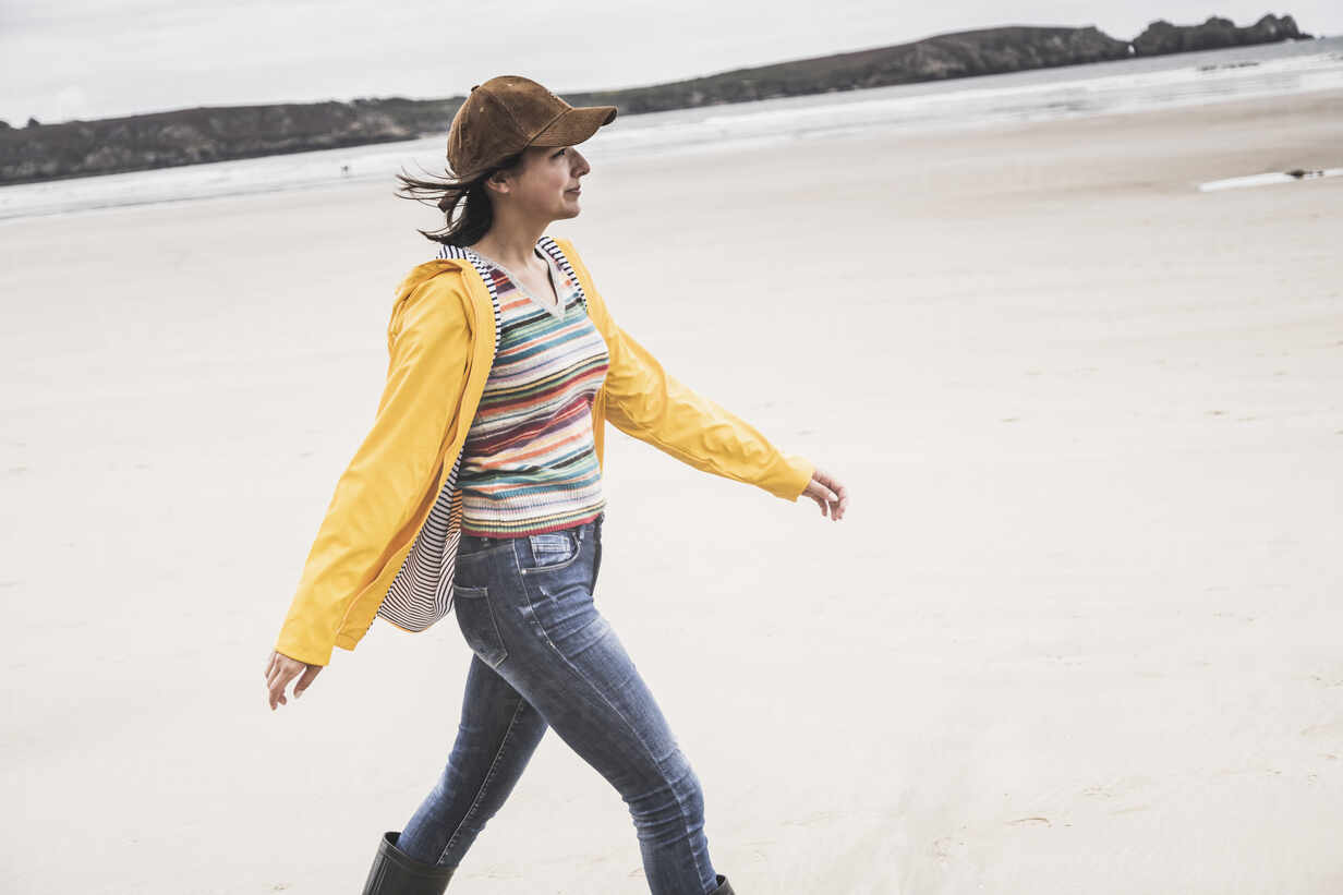 Young woman wearing yellow rain jacket at the beach, Bretagne, France - UUF19667 - Uwe Umstätter/Westend61
