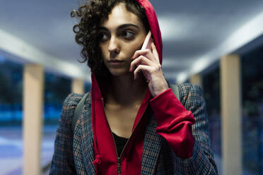 Portrait of young woman on the phone in the evening - ERRF02068