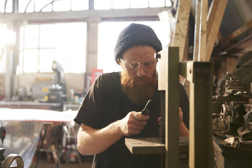 Man making knives in a workshop - PMF00907
