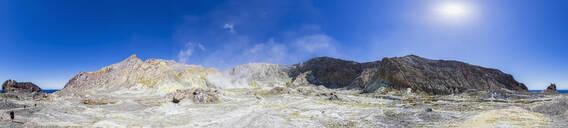 Neuseeland, Ozeanien, Nordinsel, Pazifischer Ozean, Pazifik, Bay of Plenty, Whakatane, Vulkaninsel White Island (Whakaari), Kratersee und Fumarolen mit schwefligem Dampf und Schwefel Ablagerungen auf der Oberfläche - FOF11134