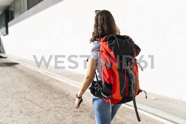 Young female backpacker in the city, Verona, Italy - GIOF07865 - Giorgio Fochesato/Westend61