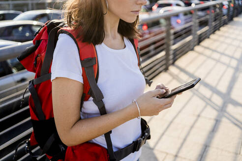 Young female backpacker using smartphone in the city, Verona, Italy - GIOF07880