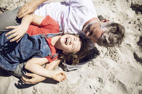 Südafrika, Westerncape, Kapstadt, Papa und Tochter machen quatsch am Strand, Urlaub - MCF00371