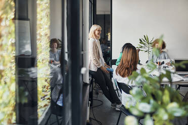 Businesswomen having a meeting in office - ZEDF02752