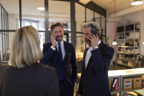 Business people on the phone in office - GUSF02716