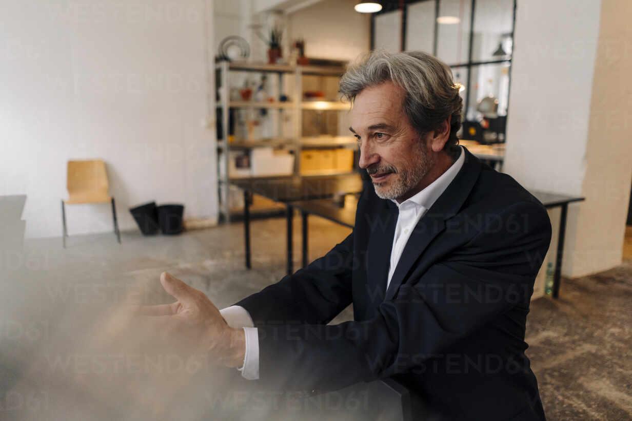 Senior businessman in office - GUSF02818 - Gustafsson/Westend61