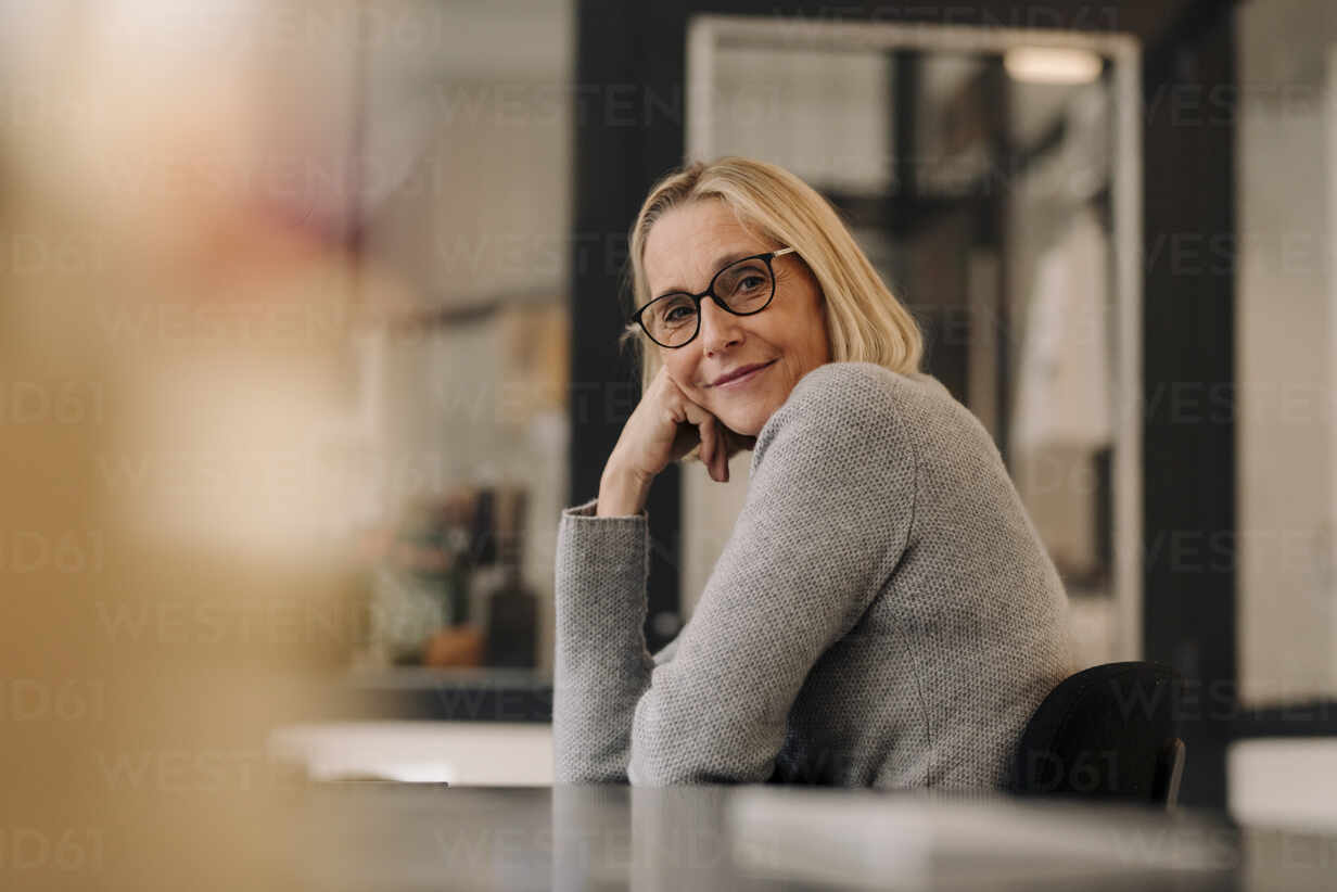 Portrait of mature businesswoman sitting at desk in office - GUSF02830 - Gustafsson/Westend61