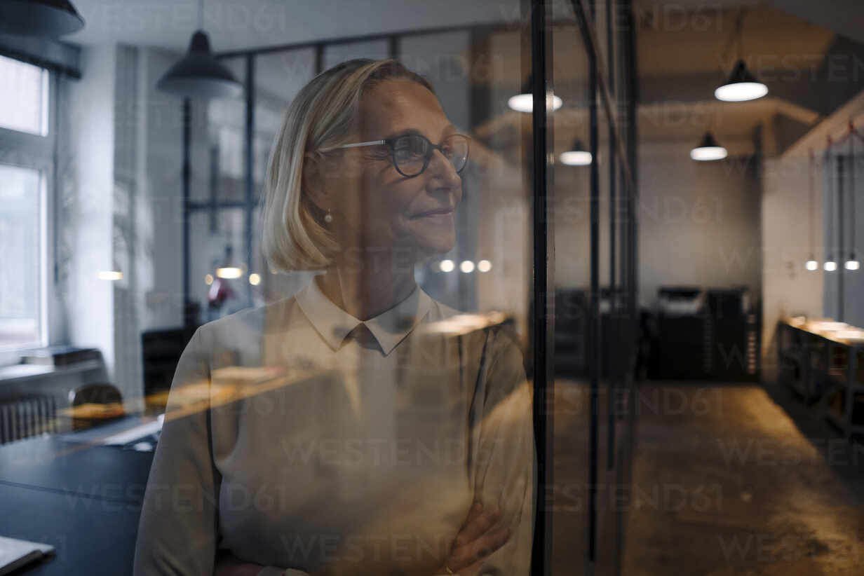 Mature behind glass pane businesswoman in office - GUSF02935 - Gustafsson/Westend61