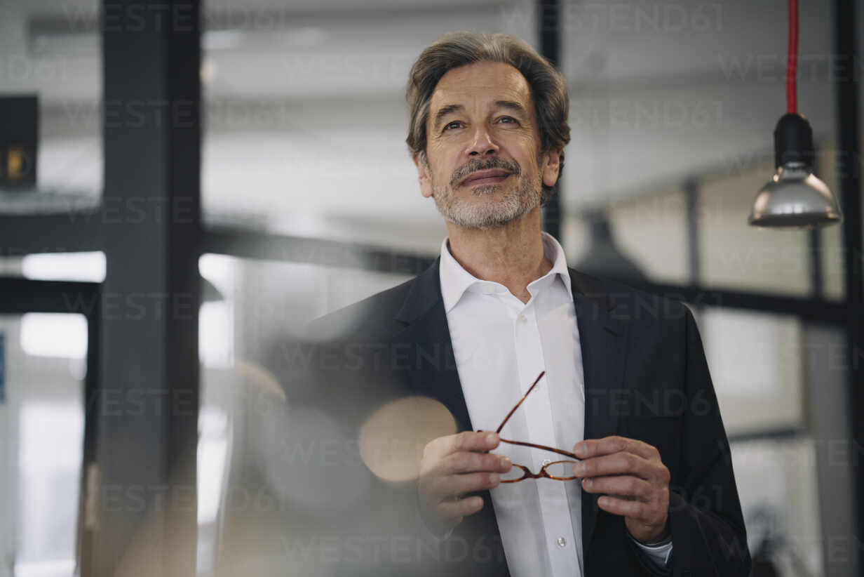 Portrait of confident senior businessman in office - GUSF02959 - Gustafsson/Westend61