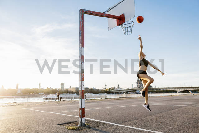 Blonde woman playing basketball in Cologne, Germany - MADF01429 - Matthias Drobeck/Westend61