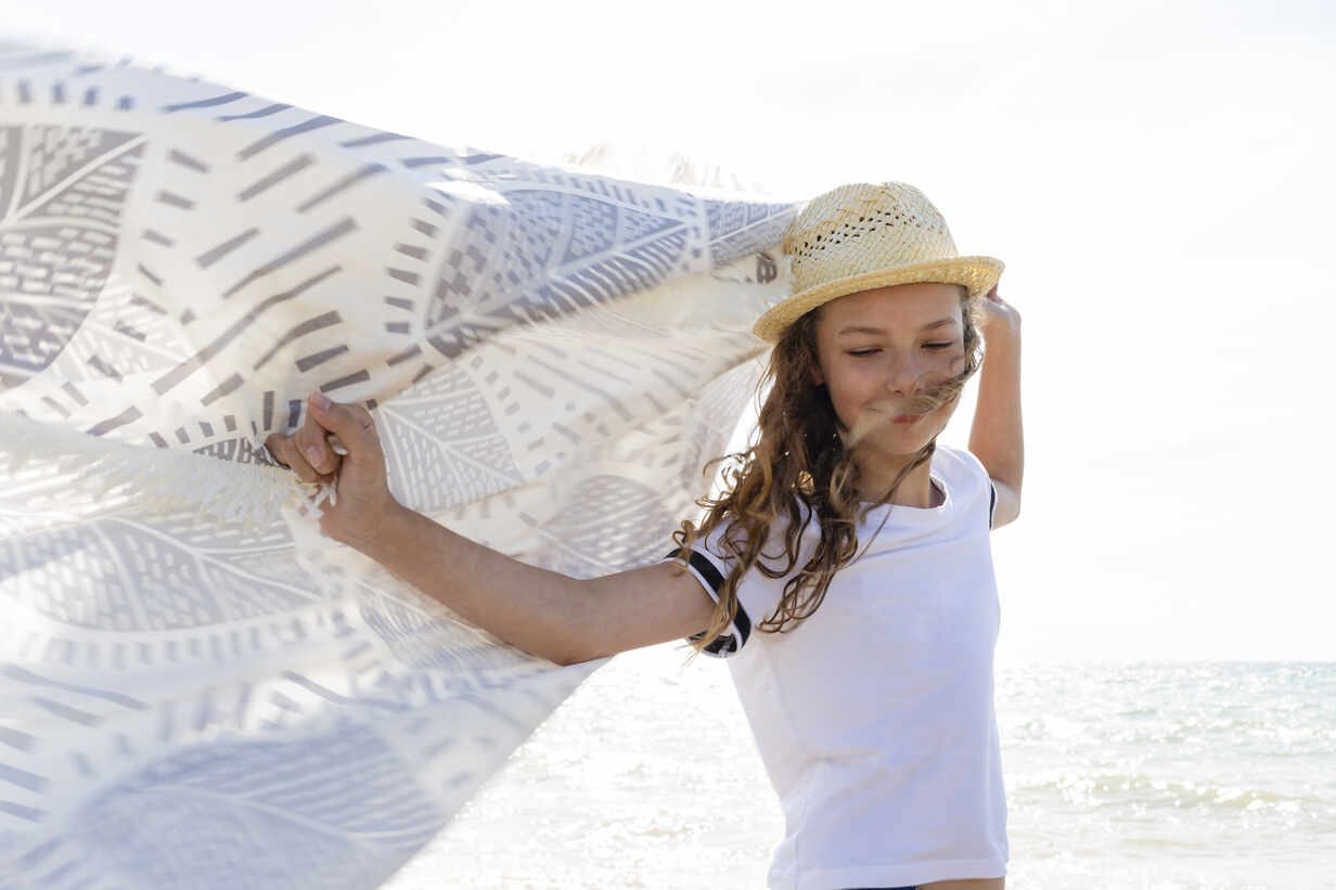 Smiling girl with towel on the beach, Tuscany, Italy - OJF00355 - Julia Otto/Westend61