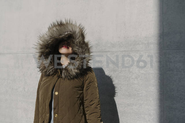 Portrait of anonymous woman with winter coat in the background of a wall - AHSF01547 - Hernandez and Sorokina/Westend61