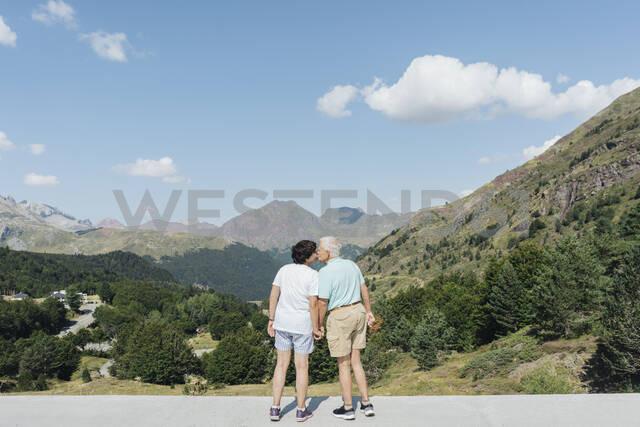 Back view of kissing senior couple, Jaca, Spain - AHSF01559 - Hernandez and Sorokina/Westend61