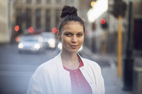 Portrait of confident young woman in the city - MCF00420