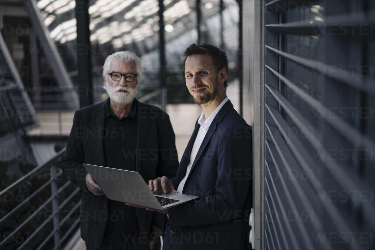 Portrait of two businessmen using laptop in office - JOSF03968 - Joseffson/Westend61