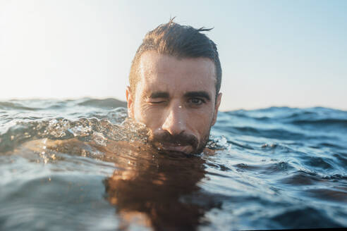 Young man swimming in the sea - MIMFF00031