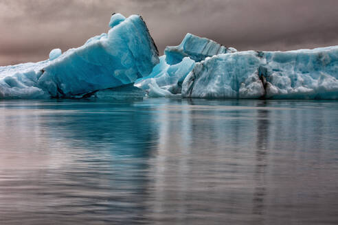 Icebergs floating in glacier lagoon, Jokulsarlon Lagoon, Iceland - CUF53964
