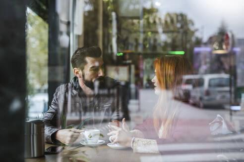 Couple talking in a coffee shop - LJF01150