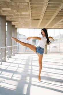 Ballerina dancing in gym - MPPF00398